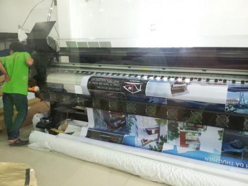 Thợ in đang gia công bằng máy in