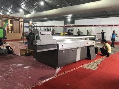 Khâu vận chuyển và lắp máy in UV khổ lớn trong những ngày chuẩn bị cho gian hàng hội chợ tại Vietbuild 2018