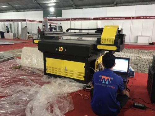 Các kỹ thuật viên của Công ty MayInQuangCao tất bật cho khâu lắp ráp máy in UV