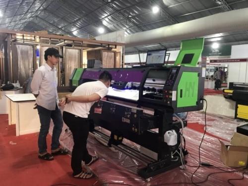 Cộng đoạn chạy thử máy, in thử với máy in UV cuộn khổ lớn từ MayInQuangCao