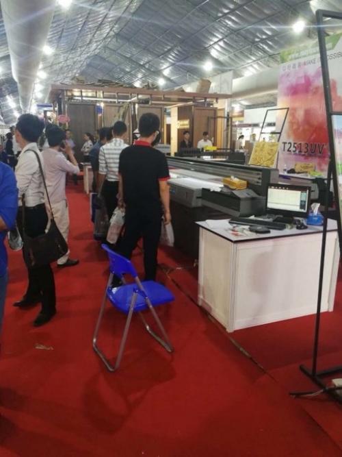 Khách tham dự triển lãm tìm hiểu về cách mà máy in UV phẳng vận hành, cho ra thành phẩm in phẳng, in trên gạch chuyên nghiệp