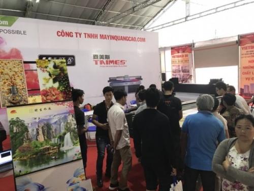 Kỹ thuật viên Công ty TNHH MayInQuangCao.com trực tiếp vận hành máy in UV phẳng