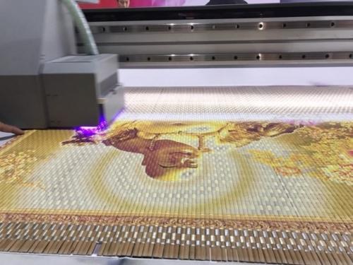 Máy in UV phẳng trực tiếp chạy mẫu in tranh Phật trên chất liệu mành tre - dùng trong trang trí phòng thờ