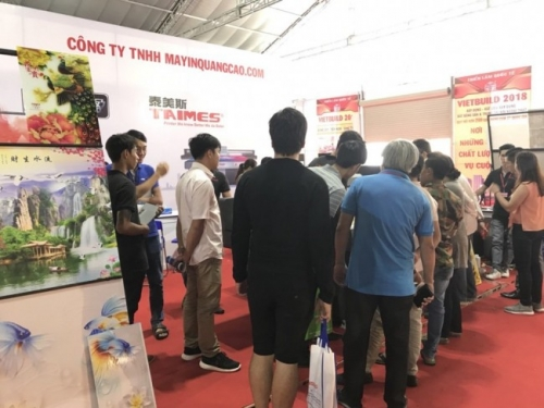 Nhân viên kỹ thuật MayInQuangCao tư vấn cho khách hàng tham quan về công năng, khả năng vận hành, in ấn của máy in quảng cáo, máy in UV