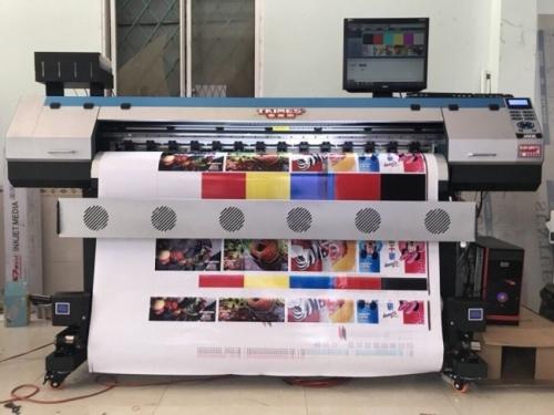 Máy in decal khổ nhỏ trong quá trình chạy thử, hướng dẫn khách hàng sử dụng từ MayInQuangCao