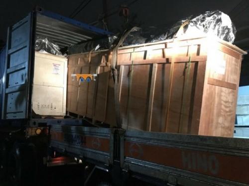 Máy in decal khổ lớn được bốc dỡ trực tiếp từ container vừa vận chuyển từ cảng về