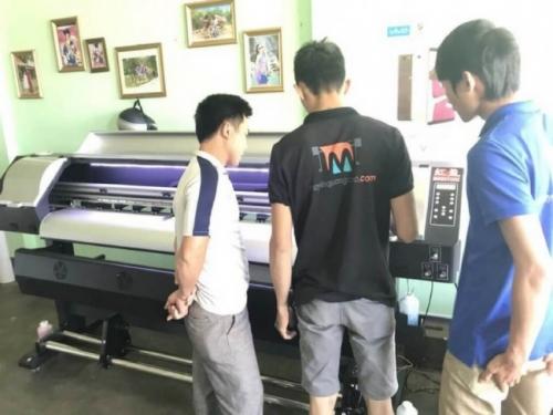 Nhân viên kỹ thuật hướng dẫn khách hàng sử dụng máy in decal